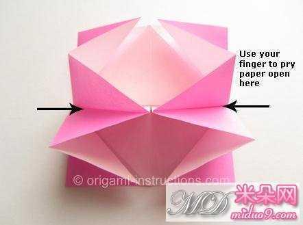 随着继续向上拉折,折纸模型这个时候会是如图所示的折纸样式.